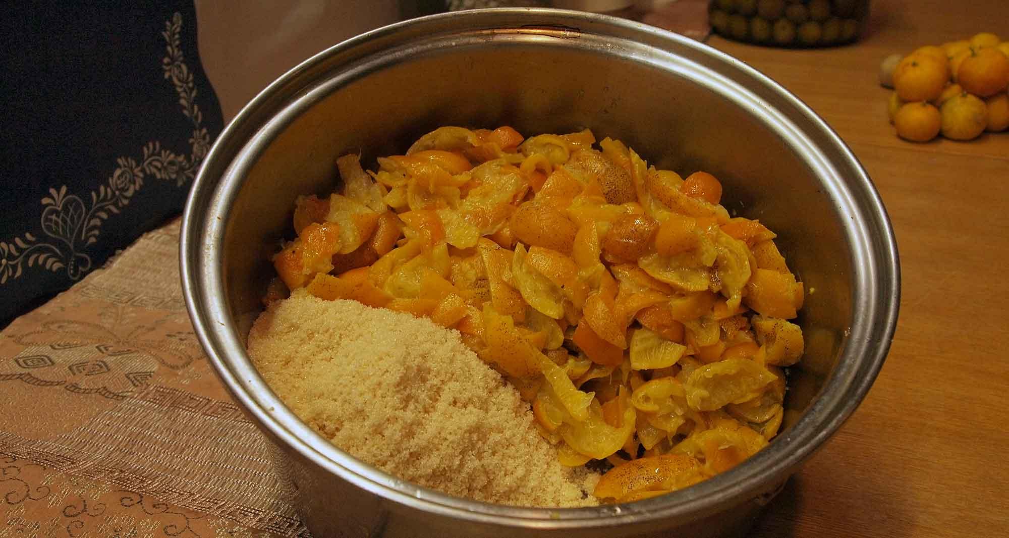 2回茹でこぼした皮をザックリ切り、皮の半量の砂糖と混ぜる